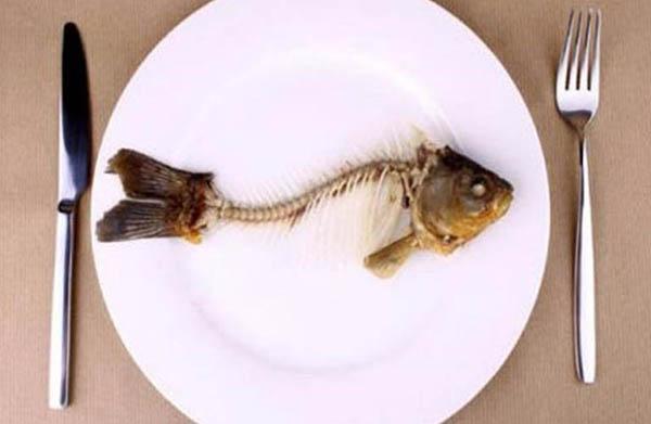 Khi bị mắc xương cá cần xử lý đúng cách, không nên dựa vào kinh nghiệm truyền miệng vì có thể làm hóc xương nặng thêm