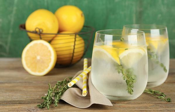 Uống nước ấm với nước chanh