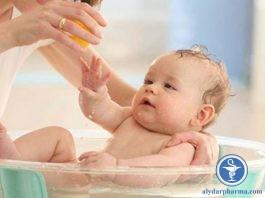 Bố mẹ có thể áp dụng biện pháp tắm lá để cải thiện triệu chứng, giảm nhẹ tổn thương và cảm giác khó chịu ở trẻ.