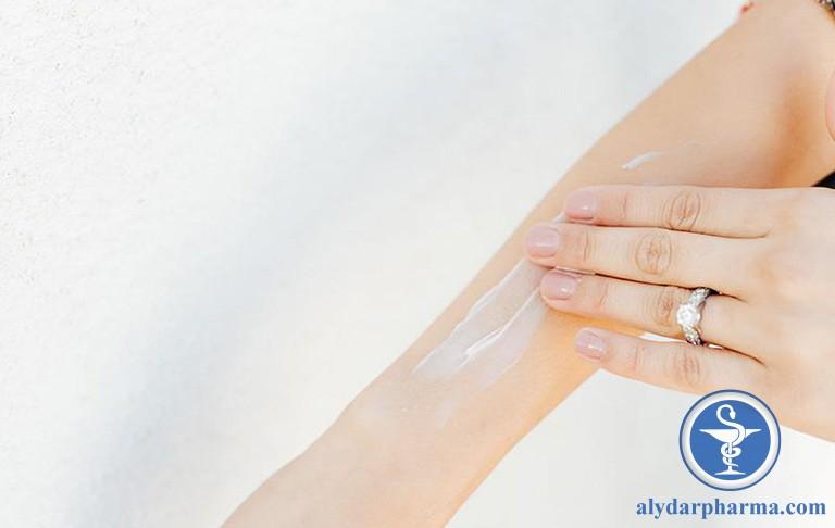 Vệ sinh da đúng cách, dùng kem dưỡng ẩm thích hợp,… là các biện pháp cải thiện mẩn ngứa trên da